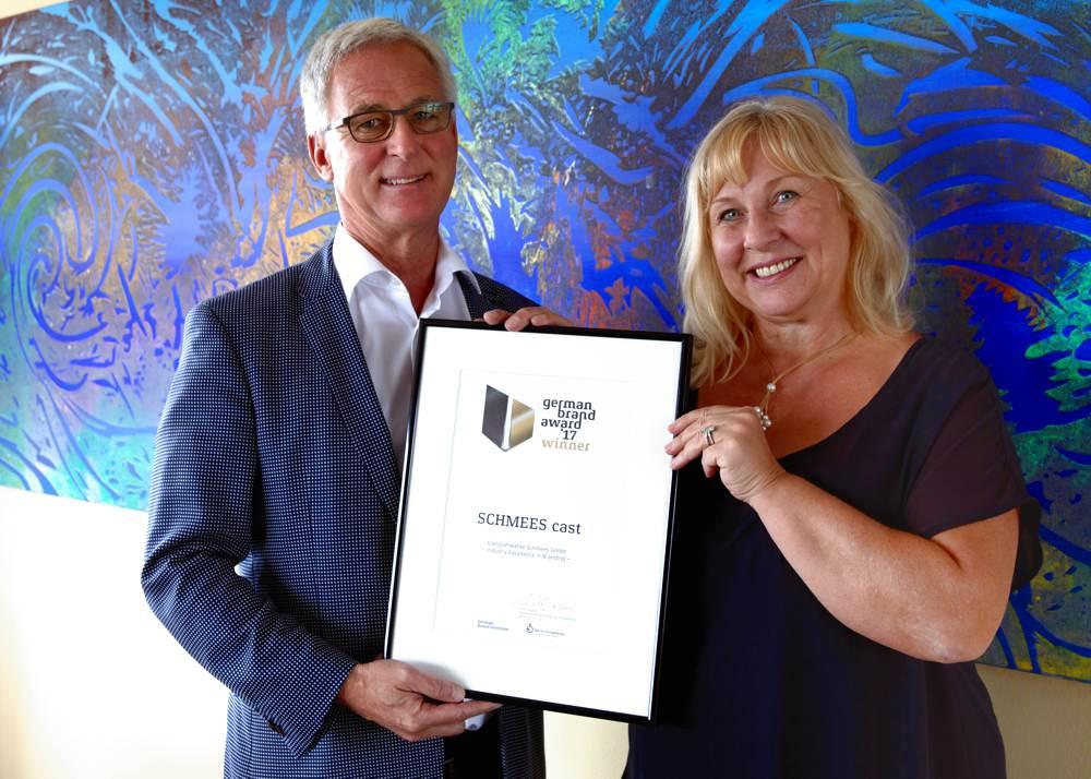 Carla und Clemens Schmees mit der Auszeichnung des German Brand Award